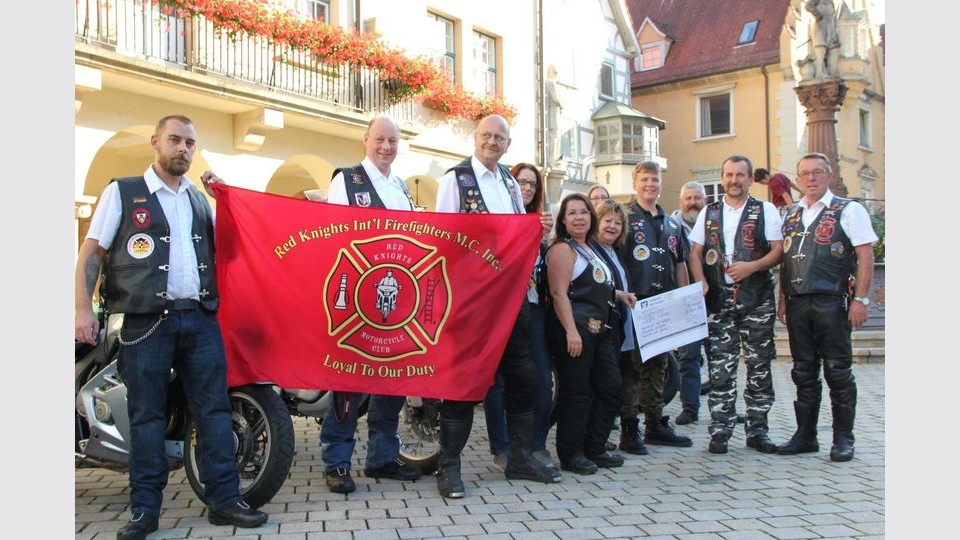 Der Motorradclub Red Knights aus Laiz spendet an die Angelostiftung. (Foto: abu)