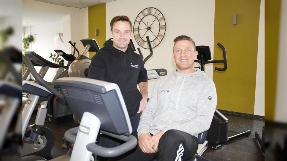 Andreas Schlegel (rechts), Geschäftsführer des Fitnessstudios 19, und Trainer Jens Baur freuen sich wieder auf zahlreiche Teilnehmer beim zweiten Dreikönigslauf. (Foto: Dirk Thannheimer)